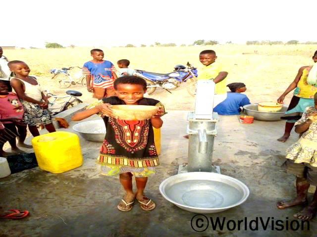 저는 학교에 늦곤 했는데, 그 이유는 물을 찾으러 멀리까지 걸어가야 했었기 때문이에요. 이제 우리 마을에 깨끗한 물을 바로 마실 수 있는 곳이 생겼어요. 저와 제 친구들은 이제 학교에 정시에 도착해요.
