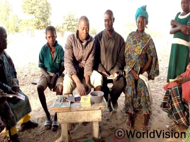 우리 마을의 저축 모임을 통해 저희 가족의 삶이 바뀌었어요. 농부로써 은행에서 신용대출을 받기란 매우 힘들었어요. 이제 저는 쉽게 대출을 받아 농장을 개선할 수 있어요. -비피악(지역 농부, 가운데 테이블 뒤에 있는 사람)년 사진