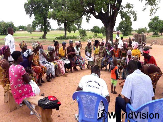 지역주민 555명이 저축그룹의 의미에 대한 교육을 받고 26개의 저축그룹을 만들었습니다. 지금은 신용거래도 가능해지고, 후원아동 333명이 저축그룹의 지원을 받습니다.년 사진