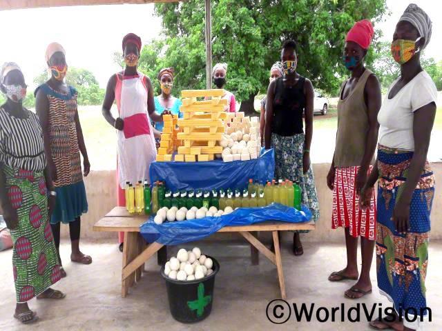 마을 주민들은 월드비전의 도움으로 시어버터 가공법을 배워 직접 만든 제품을 판매하고 있습니다.년 사진