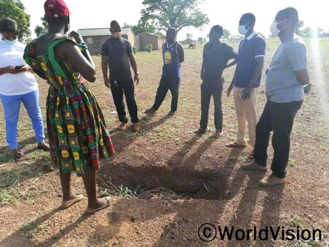 월드비전은 마을 관계자들과 협력하여 마을에 화장실을 설치하기 위해 논의하고 있습니다.년 사진