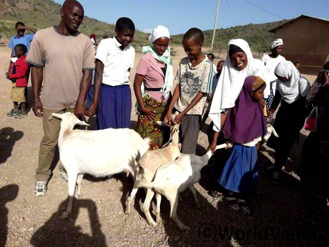 마을 내 가계 수입을 향상시킬수 있도록, 에야시AP는 특별히 개량된 가축 품종을 유지할 수 있도록 농민들에게 가축에 대한 교육을 실시했습니다. 파올로 아코나리 여사는 지원과 교육을 받으며 지식을 쌓고 있습니다.년 사진