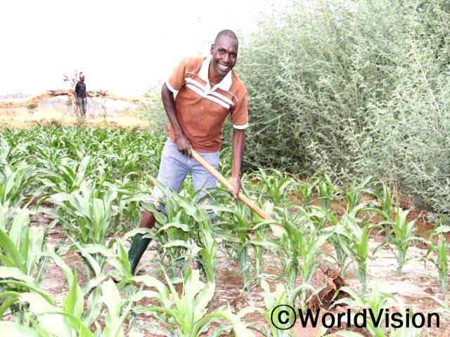가뭄때문에 식량난을 겪을 때가 많았어요. 하지만 지금은 관개시설이 설치되어 농사를 잘 지을 수 있고, 수입도 올리며 자녀들을 잘 키울 수 있게 되었어요. -스테픈(아빠, 농부)년 사진