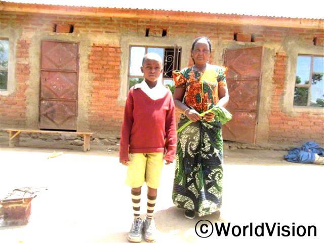 지역주민인 사피나티는 농사를 잘 지을 수 있는 방법을 배운 후로, 손자를 더 잘 보살필 수 있게 되었어요.년 사진