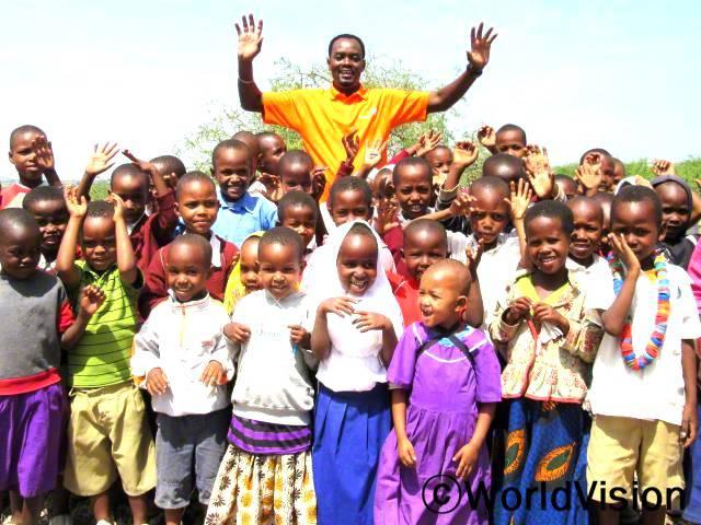 탄자니아 레이크 에야시 지역개발사업장 팀장인 리차드 메사이와 함께 있는 아동들입니다.년 사진