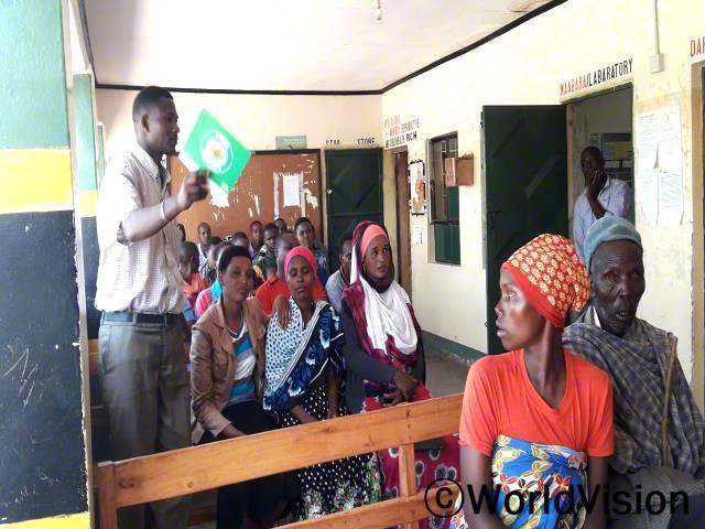 마을에 많은 임산부, 수유부, 아버지들이 녹음된 내용을 통해 교육을 받으면서 자녀양육에 관한 지식을 쌓고 있습니다.년 사진