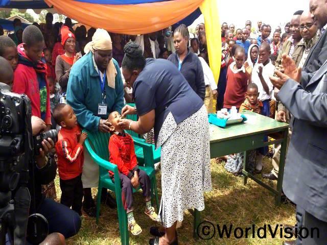 아프리카 어린이날 행사에 아이들이 정부 보건센터에서 제공한 예방 주사를 맞고 있습니다. 상기 사진은 탄자니아 정부 대표가 아프리카 어린이날 행사에 백신을 제공 하는 모습입니다.년 사진