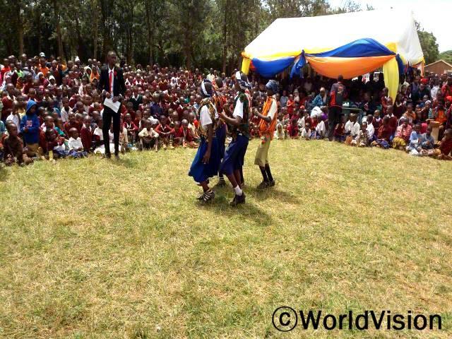 어린이들에게 진취성을 심어주고 그들의 권리에 대해 더 알게 해주는 '아프리카 어린이의 날' 에 약 240여 어린이 단체가 참여하였고, 이번 슬로건은 '어린이의 기회 균등과 어린이 보호' 입니다.년 사진