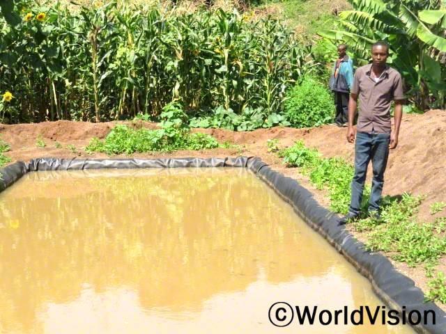 아얄라이요 마을 주민 마이클 존은 월드비전 은다바시 사업장의 '세계 변화 프로젝트' 와 계약하였습니다.  농업 용수 기술을 배우고 나서, 그는 채소와 과일 그리고 바나나 작물 재배에 현대 농업 관개 기술을 사용 할 수 있습니다.년 사진