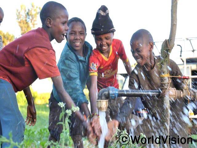 마을에 수도가 설치된 덕분에, 이제 아이들과 주민들은 깨끗한 물을 사용할 수 있어요. 아이들은 더이상물을 길으러 먼 거리를 걸어가지 않아도 돼서, 그 시간에 공부를 더 할 수 있답니다.년 사진