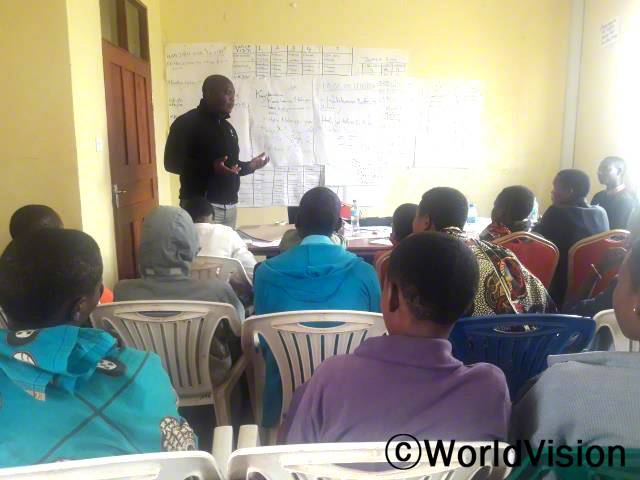 청소년/청년 모임 멤버들이 아동조혼에 대한 교육을 듣고 있습니다. 월드비전은 청소년, 어른, 종교 및 정부 지도자들에게 교육을 제공하며 아동 조혼을 막는 캠페인을 이끌고 있습니다.년 사진