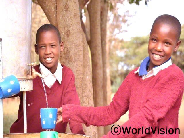 월드비전이 지역사회 모든 초등학교에 정수필터를 지원해 준 덕분에 아동들이 학교에서 개끗하고 안전한 물을 마실 수 있게 되었습니다.년 사진