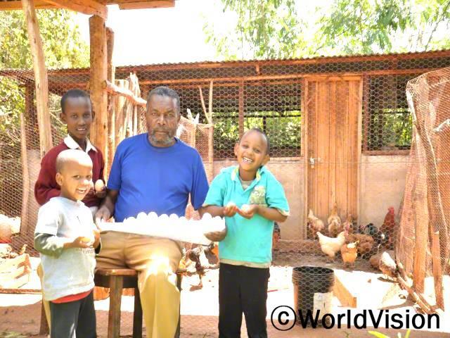 한 지역주민은 닭키우기 교육을 듣고 닭을 더 잘 키우게 되었습니다. 그리고 월드비전이 지원해 준 전기부화기 덕분에 닭을 통해 얻는 수입도 늘었습니다. 가계에 안정적인 수입을 가져다 줄 뿐 아니라 아이들의 영양개선에도 도움이 되었습니다.년 사진
