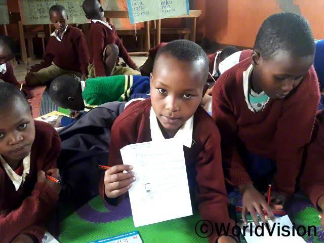 마을에 소개된 독서교실 덕분에 아이들은 글을 읽고, 쓸 수 있게 되었어요. 마을 아이들은독서교실에 참여하여 동화책을 비롯한 다양한 책을 읽으면서 독서능력을 길렀답니다.년 사진