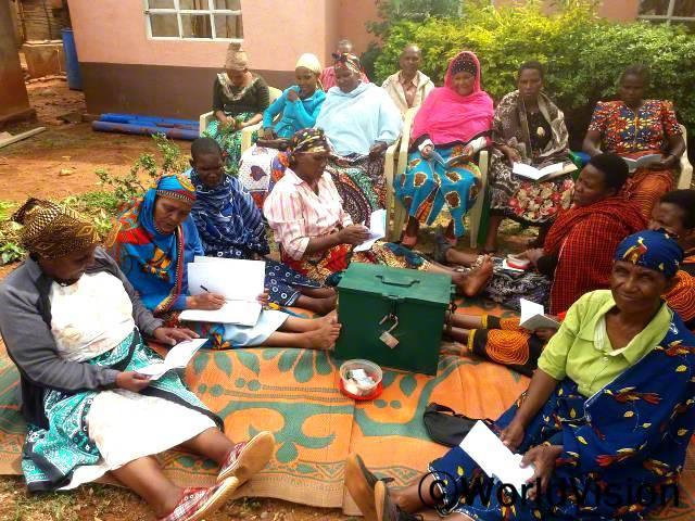 마을 저축그룹 회원들이 회의를 하고 있습니다. 저축그룹은 주민역량강화에 중요한 역할을 하는데,주민들은 저축그룹에서 소액 대출을 받아 소득 창출 활동을 하여 가족 부양을 하고 있답니다.년 사진