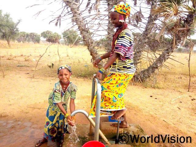 마실 강물을 길어오기 위해 2키로를 걸어가곤 했고, 물은 우리를 아프게 했어요. 새 우물이 생긴 뒤로 우리는 깨끗한 물을 마실 수 있게 되었고, 덜 아프게 되었어요. - 파토마, 7살 (손을 씻는 아이)년 사진
