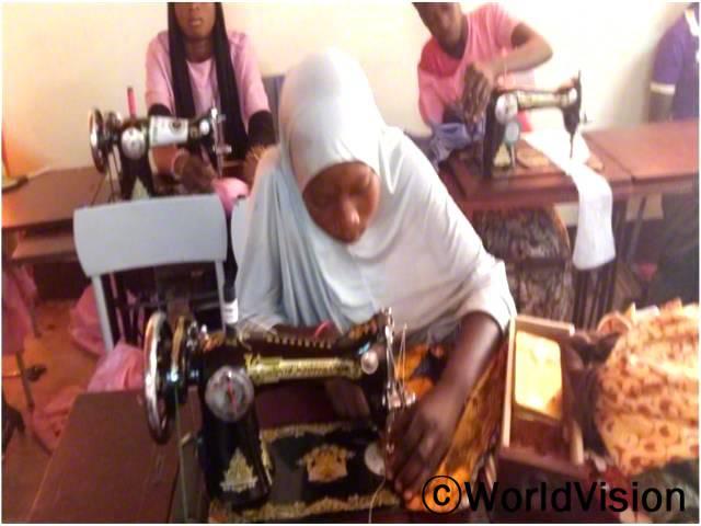 직업학교 아이들이 바느질을 연습하고 있습니다.년 사진