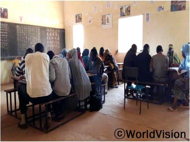 초등학교 선생님 훈련과정 중 그룹 과제를 수행하고 있는 선생님들의 모습입니다.년 사진