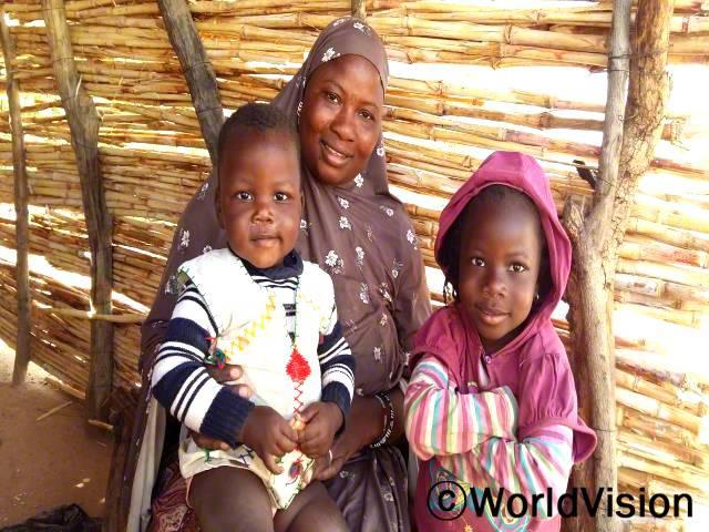 치모(가운데, 갈색 스카프)는 지역저축모임에 참여한 이후, 가족들의 삶이 변화되었다고 말합니다.년 사진