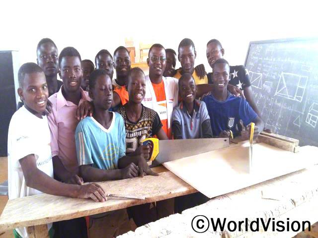 니제르 마카론디 지역개발사업장 팀장인 자디 이소푸와 함께 있는 아동들입니다.년 사진