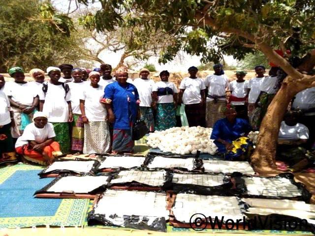 지역사회 저축그룹이 비누만들기 교육을 받았습니다. 지역사회 여성들이 각자 마을에서 수익을 창출할 수 있게 되었습니다.년 사진