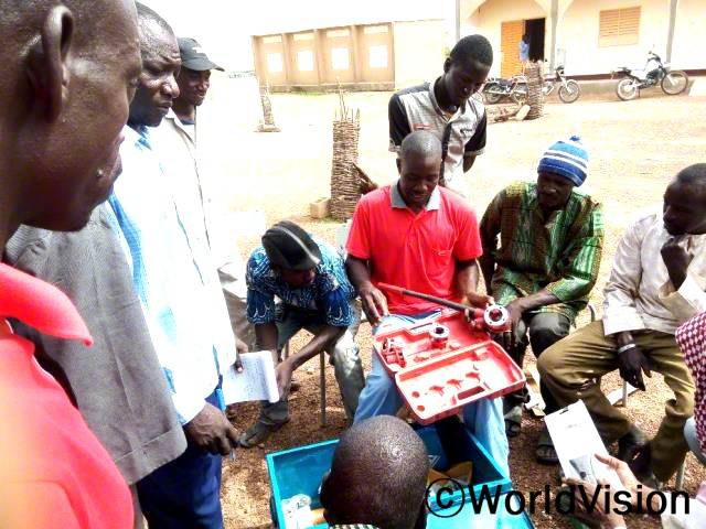 지역사회 주민들이 수도펌프 교육을 받고 있습니다. 앞으로 수도펌프가 고장나더라도 주민들이 직접 수리할 수 있게 되었습니다.년 사진