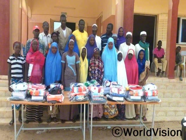 마카론디 지역의 학업이 우수한 여학생들에게 학용품을 지급했습니다.년 사진