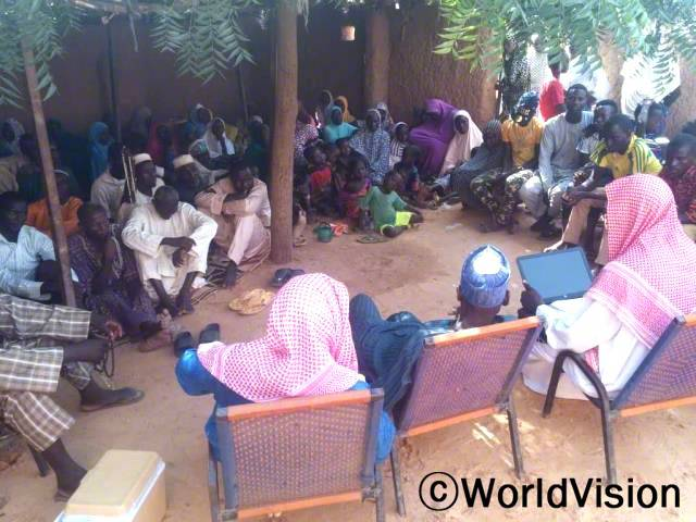 마을 지도자들이 주민들을 대상으로 성 인식 개선 교육을 진행했습니다.년 사진
