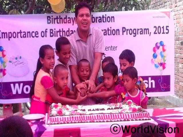 생일을 맞은 아이들을 축하하기 위해 생일파티를 열었어요. 생일파티의 주 목적은 아이들이 자신의 생일을 기억하고 나이를 자각하는데 있는데요.아이들이 자신의 나이를 이해하면서 조혼을 막을 수 있고, 18세가 되면 투표할 권리를 주장할 수 있고, 직업을 선택할 기회를 가질 수 있다는 것을 알게하기 위해서죠.년 사진