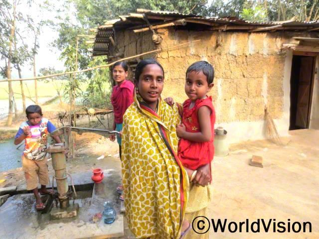"""""""예전에는 물을 구하려고 먼 길을 걸어가야 했어요. 이제는 가까이에 수도시설이 생겨서 깨끗한 물을 쉽게 마실 수 있답니다."""" -아메나(4명의 자녀를 둔 어머니)년 사진"""