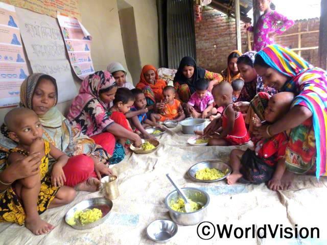 후원 아동들과 지역 아동들, 어머니들이 함께 다모이랏 사업장의 건강 교육에 참여하고 있습니다.아동들의 어머니들은 균형 잡힌 식단 준비와 조리법을 배웠습니다.년 사진