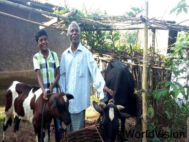 저는 젖소를 키우고 있어요. 젖소를 키우면서 수입도 생기고 아들의 교육도 지원하게 됐어요.-실레쉬(아빠)년 사진