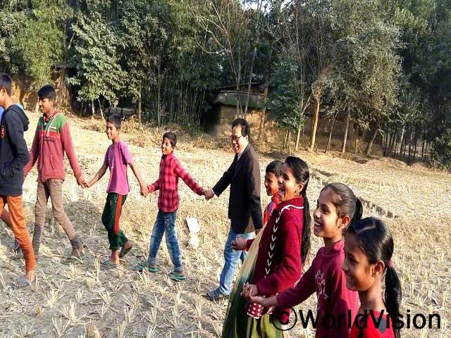 방글라데시 다모이랏 지역개발사업장 팀장 비말 씨와 지역사회 아동들입니다.년 사진