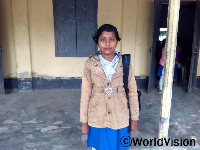 12살의 수마이야는 일찍 결혼하지 않고 학교로 다시 돌아올 수 있어서 행복해요.년 사진