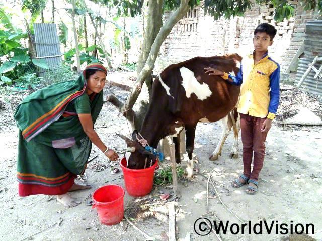 아니타(45세)씨는 소를 키우면서 가족도 부양하고 아들의 교육도 지원하고 있어요.년 사진
