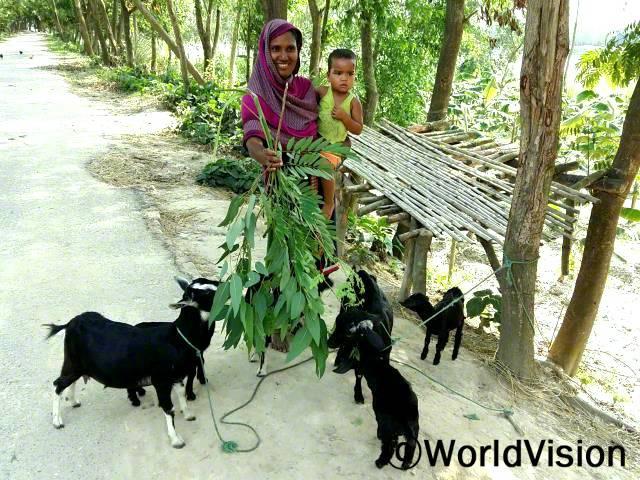 마푸자(42세)씨는 염소를 기르면서 소득도 늘고 영양개선도 되었습니다.년 사진