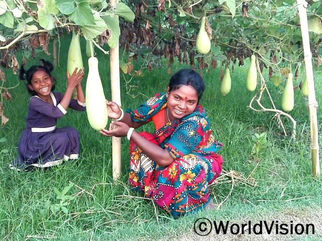 안졸리(39세)씨는 텃밭을 가꾸며 딸의 영양과 교육을 지원하고 있어요.년 사진
