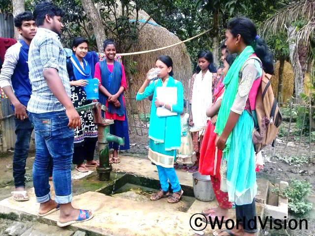 후원자님 덕분에 마을에 수도 시설이 생겼어요. 이제 깨끗한 물을 마실 수 있어요. 고맙습니다. - 타슬리마(14세, 물 마시고 있는 아동)년 사진