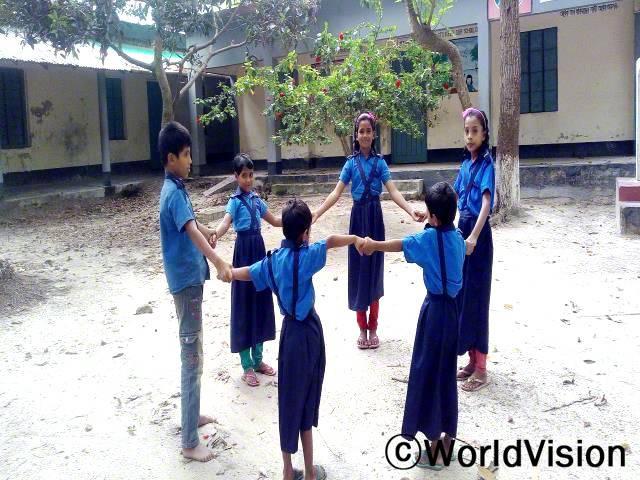 친구들과 함께 수업을 듣는 건 정말 즐거워요. 학교에 다닐 수 있게 도와주신 후원자님께 정말 감사드려요 - 리헤나(10세)년 사진