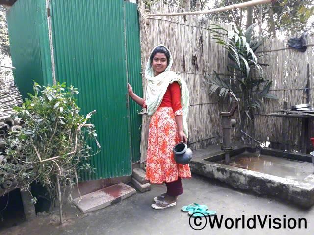 """""""깨끗한 화장실을 만들어 주셔서 정말 감사해요. 이제는 더 이상 벌레와 설사로 고생하지 않아요."""" -모니카(13세)년 사진"""
