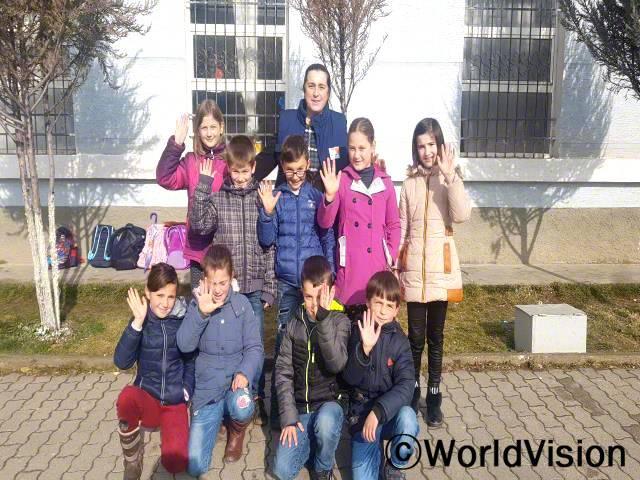 디브라 지역개발사업장 팀장 마이린다 호차씨가 지역사회 아동들과 함께 있는 모습입니다.년 사진