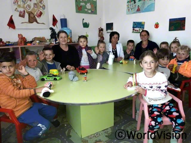 """""""우리 학교가 지역사회 중심이 되었어요! 이제 아동과 선생님 그리고 부모님들이 함께 일할 수 있는 장소가 생겨서 아동들이 더 건강하게 잘 지낼 수 있게 됐어요. 마을 전체가 아동권리를 더 지지하게 됐어요."""" -울비아(50세)년 사진"""