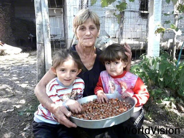"""""""저희 마을에서는 돈을 벌기가 어려워요. 밭에서 농사를 지어도 정말 적은 돈밖에 못 벌었거든요. 월드비전이 헤이즐넛 묘목들을 저희 가족과 마을의 다른 가족들에게 지원해줬어요. 덕분에 아이들을 잘 돌볼 수 있을 정도로 돈을 벌게 됐어요."""