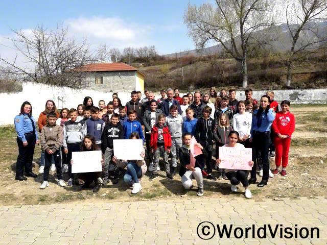 """""""아동클럽에서 캠페인을 주최해서 아동은 보호 받을 권리가 있고, 아동 폭력을 어떻게 예방할 수 있는지 친구들에게 알려주었어요!경찰, 아동보호정책 담당자, 선생님들 모두가 '폭력 근절 캠페인'을 지지해주었답니다. """"  -  케니자(13세)년 사진"""