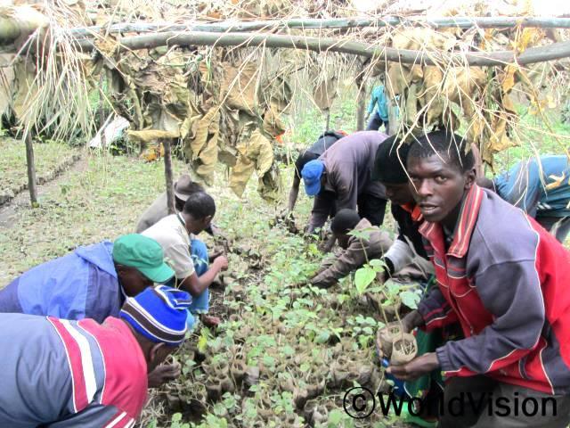 """토마토묘목을 지원받은 농부 진 클라드(37세) 씨는 말합니다. """"이 좋은 묘목을 제공해 준 월드비전에 정말 감사합니다.저는 우리 지역에서 지속적으로 좋은 토마토묘목을 얻을 수 있도록 최선을 다할 겁니다. 수확철에 토마토를 많이 수확해서 수입도 많이 늘었으면 좋겠네요."""