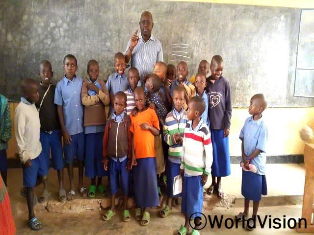 르완다 우부뭬 지역개발사업장 팀장 아프로디스 무해쉬이씨와 지역아동들의 모습입니다.년 사진