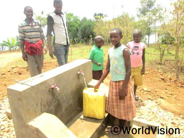 예전에는 안전한 우물에서 물을 얻기가 어려웠어요. 저는 학교에도 자주 늦었어요. 이제 월드비전에서 수돗물을 사용할 수 있도록 도와주어서 언제든지 물을 사용할 수 있게 되었어요. -푸라하(14세, 물을 받고 있는 아동)년 사진