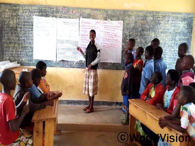 우리 권리를 옹호해주는 덕분에, 지역사회에서 이제 저희를 가치있게 대해줘요. 또 저희도 지역사회 계획 회의에 참여하게 됐어요. 더 밝은 미래에 대한 희망이 생겼어요. -릴리안(14세, 치마를 입고 있는 아동)년 사진