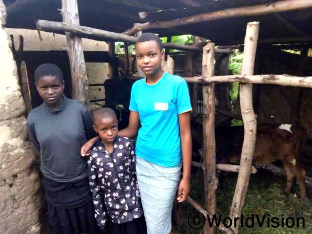 제 동생들과 저는 먹을만한 충분한 음식이 없었어요. 월드비전에서 저희 가족에게 젖소를 지원해 준 후로, 저희의 삶은 달라졌어요. 이제 저희는 우유를 마시고 매일 학교에 가요. -도르카스(14세, 오른쪽 파란 티셔츠를 입은 아동)년 사진