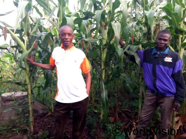 미래를 생각하면 앞이 캄캄했었는데, 최신 농사훈련을 받고, 메탄가스난로와 씨앗을 지원 받아 상황이 좋아졌어요. 이제 저는 농사를 잘 지을 수 있고, 제 아이들의 미래에 대해 계획을 세울 수 있어요. -가브리엘(농부, 흰색 티셔츠를 입은 사람)년 사진